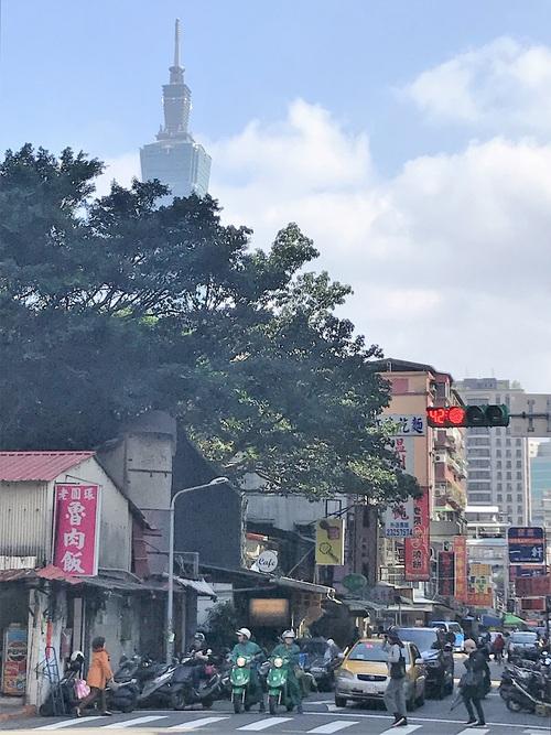 魯肉飯と電動スクーターと超高層ビル